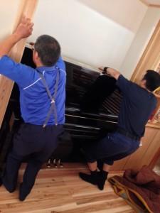 ホールのピアノ置き場として空いていた場所にぴったり納まりました。
